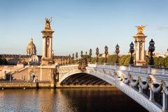 Pont vide d'Alexandre III à Paris pendant le début de la matinée Photographie stock