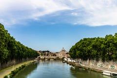 Pont Vittorio Emanuele II, la rivière du Tibre et la cathédrale de St Peter photos libres de droits