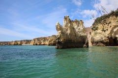 Ponta有被腐蚀的岩层和自然曲拱的da Piedade 拉各斯 葡萄牙 免版税库存照片