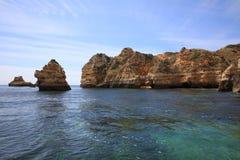 Ponta有被腐蚀的岩层和自然曲拱的da Piedade 拉各斯 葡萄牙 免版税图库摄影