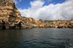 Ponta有被腐蚀的岩层和自然曲拱的da Piedade 拉各斯 葡萄牙 免版税库存图片