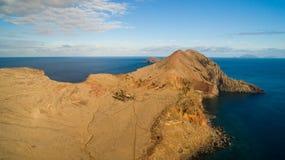 从Ponta的看法做Furado - Cais di Sardinha, Baia d ` Abra -供徒步旅行的小道至多向东问题的马德拉岛- de Sao 免版税图库摄影