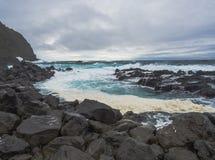 Ponta da Ferraria, naturlig termisk badpöl Termas da Ferraria, stället var Hot Springs nedgång in i havet som är stort royaltyfri fotografi