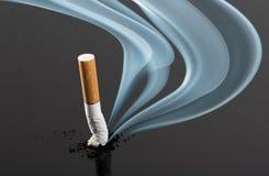 Ponta de cigarro com emanações da curva fotos de stock
