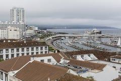 Ponta Delgada (圣米格尔岛)亚速尔群岛,大西洋小游艇船坞的顶视图  免版税库存图片