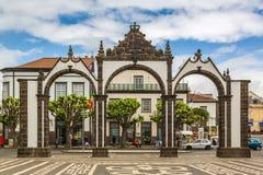 Ponta Delgada, Azores - Maj 05,2017: Portas da Cidade - stad Gat Arkivbilder