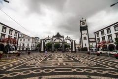 Ponta Delgada, de Azoren, Portugal - Juli, 2018: Portas DA Cidade Poorten aan de Stads historische ingang aan de stad van Ponta D stock foto