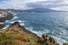 Ponta Delgada i Atlantyk suniemy na Sao Miguel wyspie, Azores, P Zdjęcie Stock