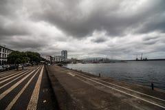 PONTA DELGADA, PORTUGAL - Juli, 2018: Stadsportar på den historiska mitten av Ponta Delgada, huvudstaden av Azores öar arkivbilder