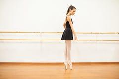 Ponta do dançarino de bailado que toeing ao lado de uma barra fotos de stock
