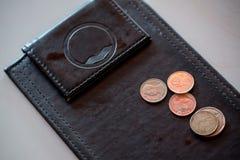 Ponta do dinheiro, moeda na bandeja do couro do preto do pagamento foto de stock royalty free