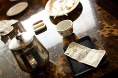 Ponta do dinheiro na tabela Fotos de Stock Royalty Free