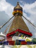 Ponta do templo de Boudhanath com bandeiras da oração Fotos de Stock Royalty Free