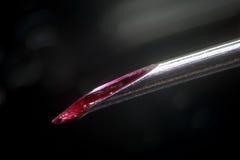 Ponta médica suja da agulha Sangue na seringa usada não estéril do canal Injeções insalubres e risco da infecção Droga de Morphin Fotografia de Stock