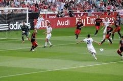 Pontapé do jogador - rede da goleiros do futebol - fãs de futebol Foto de Stock Royalty Free
