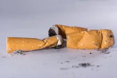 Pontas e cinza de cigarro Fotos de Stock