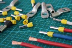 Pontas para frisar o fio elétrico na tabela em uma carcaça verde foto de stock royalty free