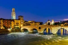 Ponte彼得拉和阿迪杰在晚上,维罗纳,意大利 库存照片