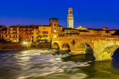 Ponte彼得拉和阿迪杰在晚上,维罗纳,意大利 免版税库存照片