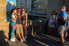 Ponte的Vecchio游人在佛罗伦萨,意大利 免版税图库摄影