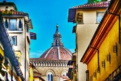 从Ponte看见的中央寺院圆顶Vecchio在佛罗伦萨 免版税库存照片