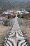 Ponte à vila nepalesa, fuga de Everest, Nepal Imagem de Stock