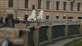 A ponte é decorada com esculturas dos leões filme