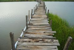 A ponte é feita da madeira Foto de Stock