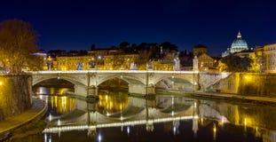 Ponte维托里奥Emanuele II和台伯河河在夜之前,圣皮特圣徒・彼得大教堂在背景中,罗马,意大利 图库摄影