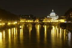 Ponte维托里奥Emanuele II和Vaticano @夜 免版税库存照片