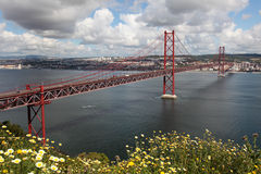Ponte 25 de Abril a Lisbona Immagini Stock