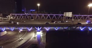 Ponte aérea da estrada da noite que passa carros filme