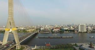 Ponte aérea de Rama 8 da cena com rio de Chao Phraya video estoque