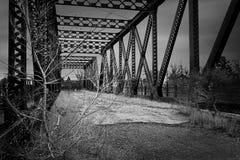 Ponte abandonada velha da estrada de ferro fotografia de stock