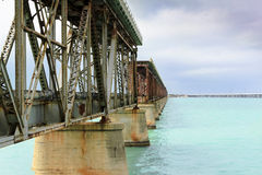 Ponte abbandonato sopra acqua Immagini Stock Libere da Diritti