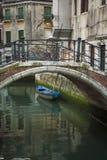 Ponte acima de um canal, Veneza, Italia foto de stock royalty free