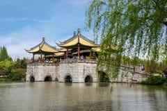 Ponte ad ovest snello del padiglione del lago cinque Yangzhou Fotografia Stock