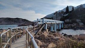 Ponte adorabile di colore blu in spiaggia di Shek O immagine stock libera da diritti