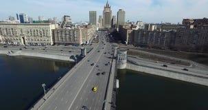 Ponte aereo del fiume delle automobili di paesaggio urbano della città di Mosca archivi video