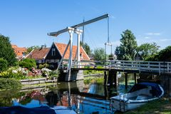 Ponte agradável refletida na água edam netherlands europa imagens de stock royalty free