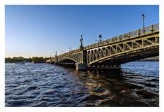 Ponte al tramonto, St Petersburg, Russia di Troitsky fotografia stock libera da diritti