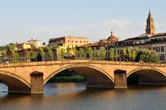 Ponte Alla Carraia die over de rivier Arno overgaan stock afbeeldingen