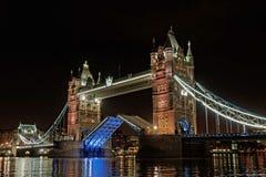 Ponte alla notte, Inghilterra della torre di Londra Fotografie Stock