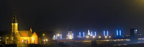 Ponte alla notte, Kaunas, Lituania di Aleksotas immagini stock