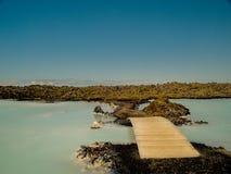 Ponte alla stazione termale blu della laguna Fotografia Stock Libera da Diritti