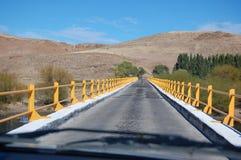 Ponte alle colline pedemontana delle montagne delle Ande immagine stock