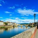 Ponte alleGrazie bro på den Arno floden, solnedgånglandskap. Florence eller Firenze, Italien. Arkivbild