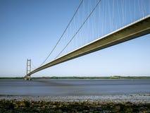 Ponte alta sobre o rio. Imagens de Stock