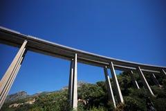 Ponte alto sopra il paesaggio della montagna Fotografie Stock