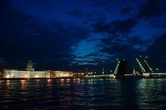 Ponte alzato del palazzo durante le notti bianche in San Pietroburgo Fotografie Stock Libere da Diritti